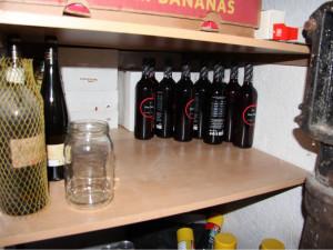 Muž v Brně ukradl ze sklepa přes sto lahví alkoholu, dvacet kartónů cigaret a třicet vepřových konzerv
