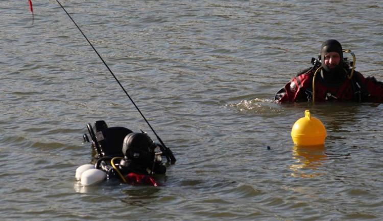 Muž před policií skočil do novomlýnské nádrže a nejspíš utonul. Muže hledají potápěči i vrtulník
