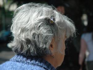 Stoletá seniorka si rozbila hlavu o radiátor. Pomocí osobního alarmu přivolala strážníky