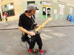VIDEO: Skejt, kytara a Hendrix. Mladý Brňák je už dva roky hitem internetu