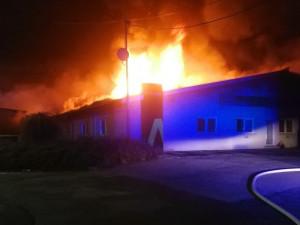 AKTUÁLNĚ: Hasiči se od deváté snaží dostat pod kontrolu požár třetího stupně v hale na Brněnsku