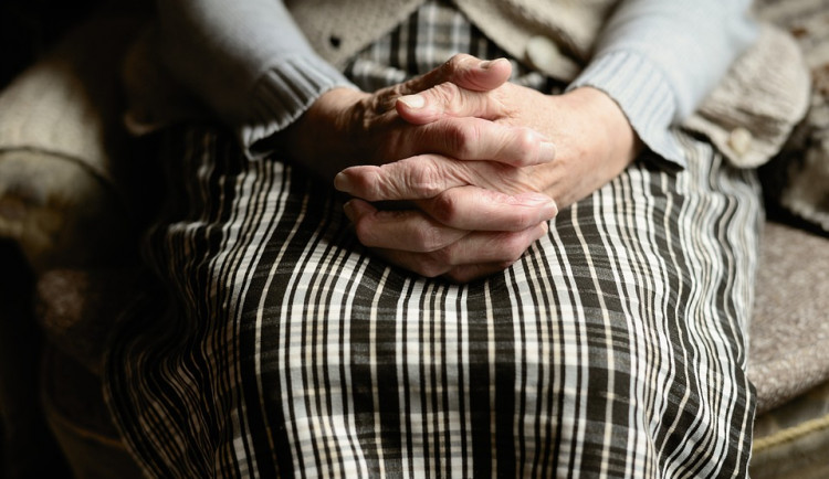 Domovy seniorů na jižní Moravě mají plno, na lůžko se čeká měsíce