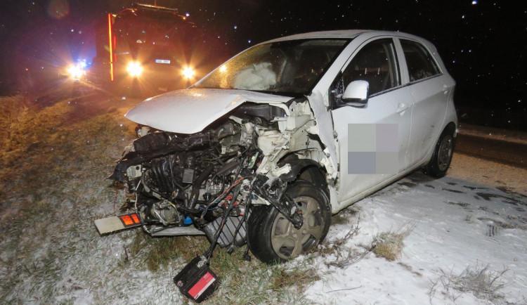 Sníh a ledovka potrápila o víkendu přes dvacet řidičů. Dnes ráno pro mladého řidiče letěl i vrtulník