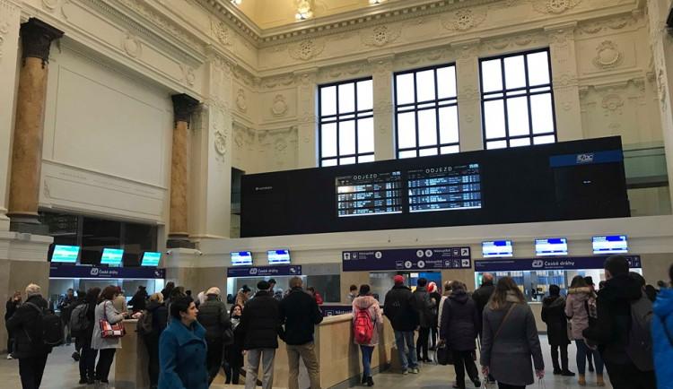 """Nový strop i pokladny, ale lavičky nikde. V odbavovací hale brněnského nádraží se dá čekat jedině """"na stojáka"""""""