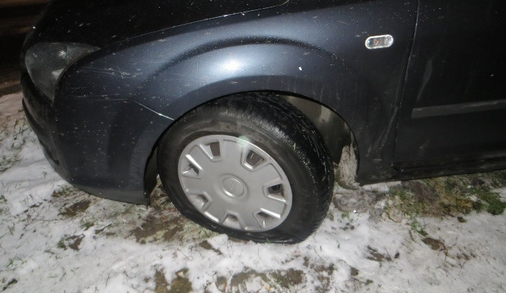 Policisté pátrají po vandalovi, který v Brně propíchal pneumatiky jedenácti autům