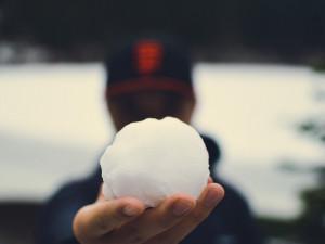 Čtyřicátník v Brně rozbil sněhovou koulí okno. Prý za to mohla mladická nerozvážnost