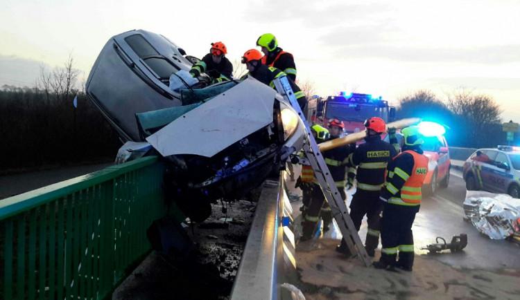 FOTO: Auto po nehodě zůstalo viset na zábradlí mostu. Řidiče musel transportovat vrtulník