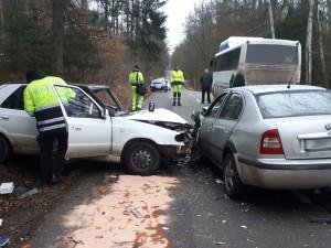 FOTO: Řidička předjížděla v kopci na Brněnsku autobus, čelně se srazila s protijedoucí Felicií