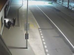 VIDEO: Mladý vandal chtěl nejspíš ohromit svou společnici a rozkopal autobusovou zastávku