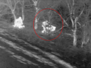 VIDEO: Jednaosmdesátiletého seniora našel zaklíněného v mokřinách až policejní vrtulník