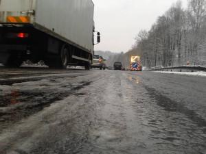 Z chodníků se stala kluziště, na silnicích dochází k nehodám. Meteorologové varují před ledovkou