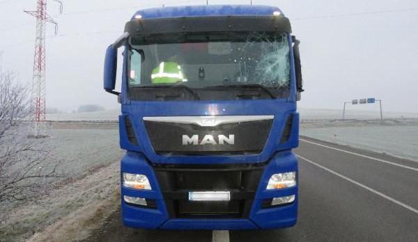 Nezajištěná plachta nákladního auta rozbila čelní sklo protijedoucího náklaďáku, policisté hledají svědky