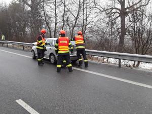 Kvůli ledovce i alkoholu se přes víkend vybouralo přes čtyřicet řidičů. Z jednoho auta hasiči vyprošťovali kojence