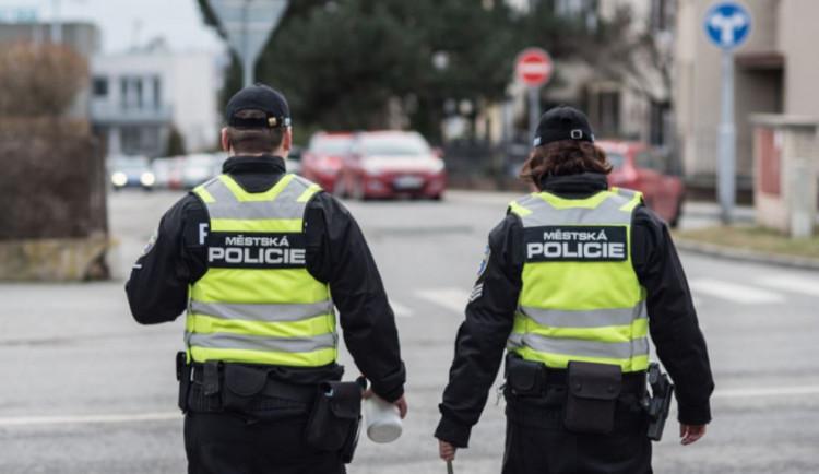 Strážníci během dneška vyrazili na pomoc hned čtyřem seniorům v nouzi, pomáhala i kolemjdoucí