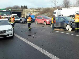 Hasiči zasahují na D1 u Rohlenky, kde se stala nehoda šesti aut a dodávky. Na místě jsou 4 zranění