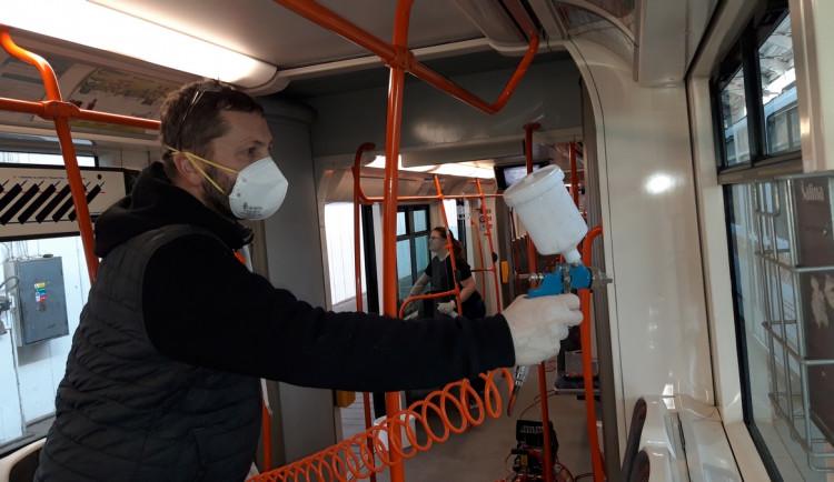 Dopravní podnik do šalin aplikuje antibakteriální nástřik. Chce snížit riziko přenosu infekcí