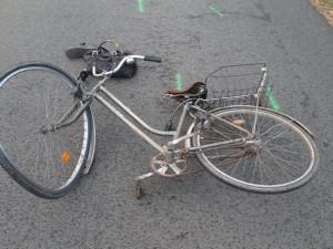 Auto srazilo seniorku na kole, skončila v nemocnici. Policie hledá svědky