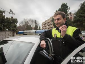 Agresivní muž v Brně ničil značky. Na strážníky řval, že není ovce