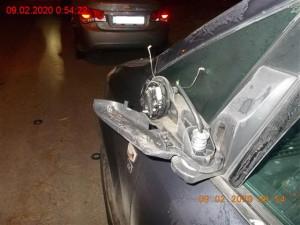 FOTO: Opilý muž vykopl v Bystrci dveře restaurace a ulámal zrcátka několika aut