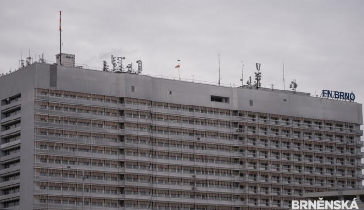 Obě brněnské fakultní nemocnice vyhlásily ode dneška zákaz návštěv