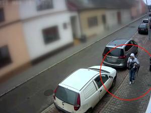 FOTO/VIDEO: Poberta si po nezvané návštěvě brněnského domu odnesl bundy, tašky i školní batůžek malého chlapce