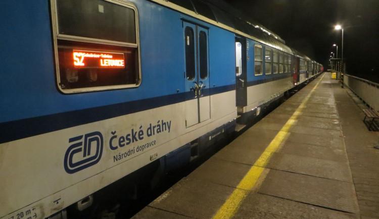 Opilce strhl zastavující vlak mezi nástupiště a kolej, vyvázl jen s oděrkami