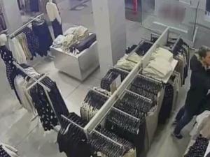 VIDEO: Mladý zloděj chodil pravidelně krást do obchodu v Brně. Nepoznáváte ho?