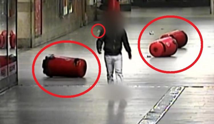 VIDEO: Muž převrátil tři popelnice na brněnském nádraží, strážníci ho přiměli nepořádek uklidit