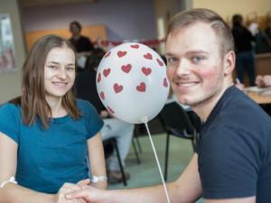 Zamilované páry darovaly krev na Valentýna. Přišlo přes stopadesát dárců