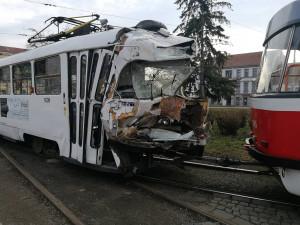 FOTO: V Křížové ulici se dnes ráno srazily dvě šaliny. Cestovalo v nich 200 lidí, minimálně deset se zranilo