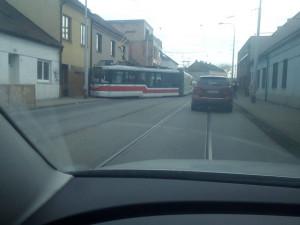 Další nehoda šaliny v Brně. Na Životského vykolejila a málem narazila do domu