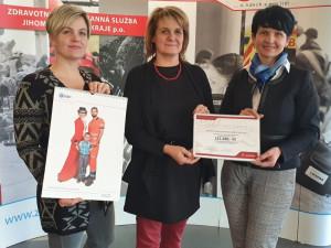 Záchranáři s herci z Městského divadla nafotili charitativní kalendář. Na nemocné děti teď díky prodeji půjde 122 280 korun