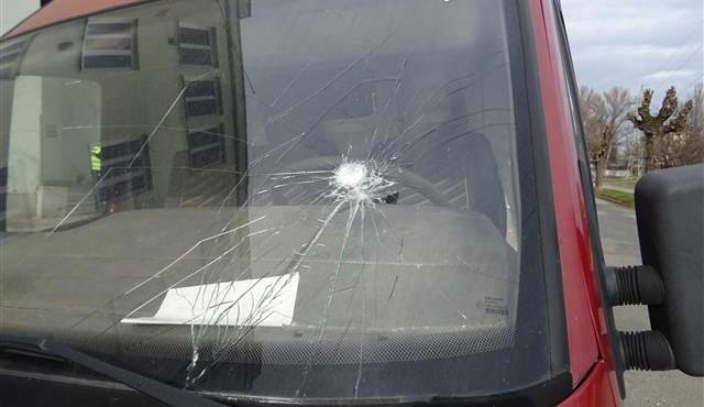 FOTO: Senior v pyžamu běhal po Brně a rozbíjel auta kladivem