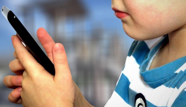 České děti dostávají téměř nejvíce sexuálně laděných zpráv v Evropě