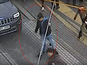 VIDEO: Mladík ukradl minulý týden dívce na hlavním nádraží čepici. Nepoznáte ho?
