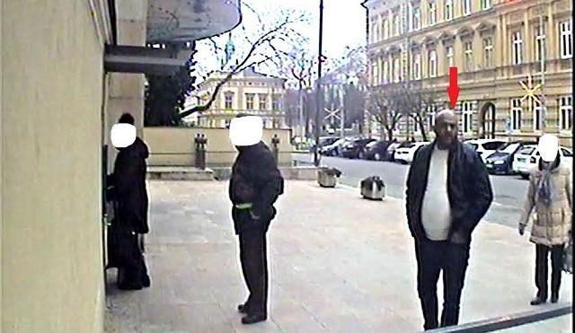 Policie pátrá po muži na fotkách, napadl seniora a donutil ho vybrat z bankomatu úspory