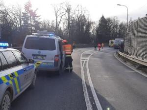 U Slavkova se srazilo osobní auto s nákladním, jeden řidič nehodu nepřežil. Na místě řídí dopravu policie