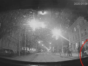 VIDEO: Policejní honička s bezohledným řidičem skončila srážkou hazardéra s autobusem. Policie pátrá po svědcích