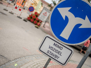 Merhautova ulice projde rekonstrukcí kolejí a vozovky, cestující opět čekají výluky a objížďky