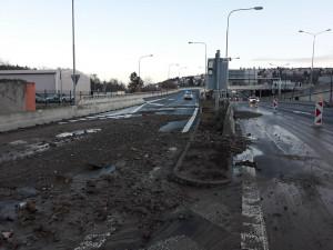 FOTO/VIDEO: Silnici pod Pisáreckými tunelem zalily v noci hektolitry vody