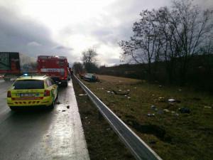 Auto na D2 vyletělo mimo dálnici, pět lidí se zranilo