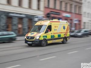 Opilý řidič srazil ve Slatině seniora. Muž přecházel mimo přechod, srážku s autem nepřežil