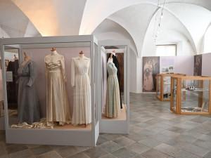 V ivančické galerii vystavují svatební šaty z minulého století