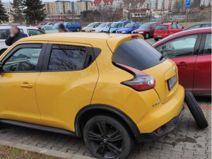 FOTO: Neznámý vandal rozřezal v Líšni třiceti autům pneumatiky