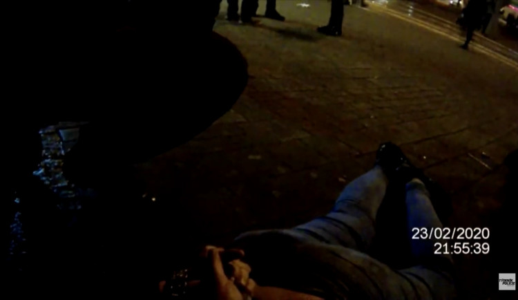 VIDEO: Žena na hlavním nádraží mlátila svého přítele. Jsem čarodějnice a prokleju vás, oznámila strážníkům