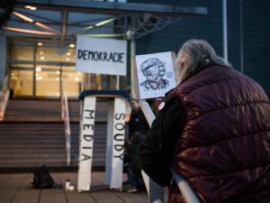 FOTO: Postavme se rozvratu institucí. Stovky lidí v Brně vyjádřily nesouhlas s novým ombudsmanem