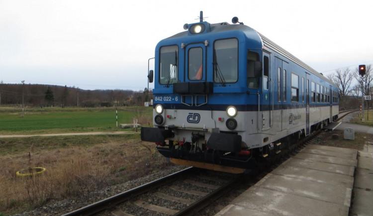 Muž skočil na Brněnsku pod vlak, aby zachránil svého pejska. Vlak je oba přejel, muž přežil, pejsek bohužel ne