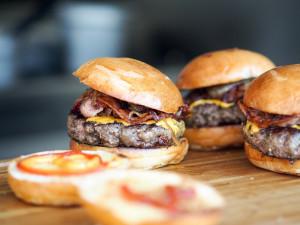 TIPY NA VÍKEND: Voňavé burgery, nezkrotná Mucha, Rybičky48, Svoboda Music Fest, Hugo Toxx a Týdny Švédské literatury