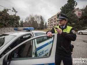 Žena si při záchvatu v centru Brna poranila hlavu, pomohl jí strážník v civilu i hlídka ve službě