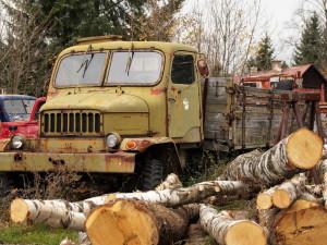 Starý kriminálník ukradl z Tatrovky dvě baterie a naivně je prodal ve vedlejší vesnici, chtěl zajistit rodinu před nástupem do vězení